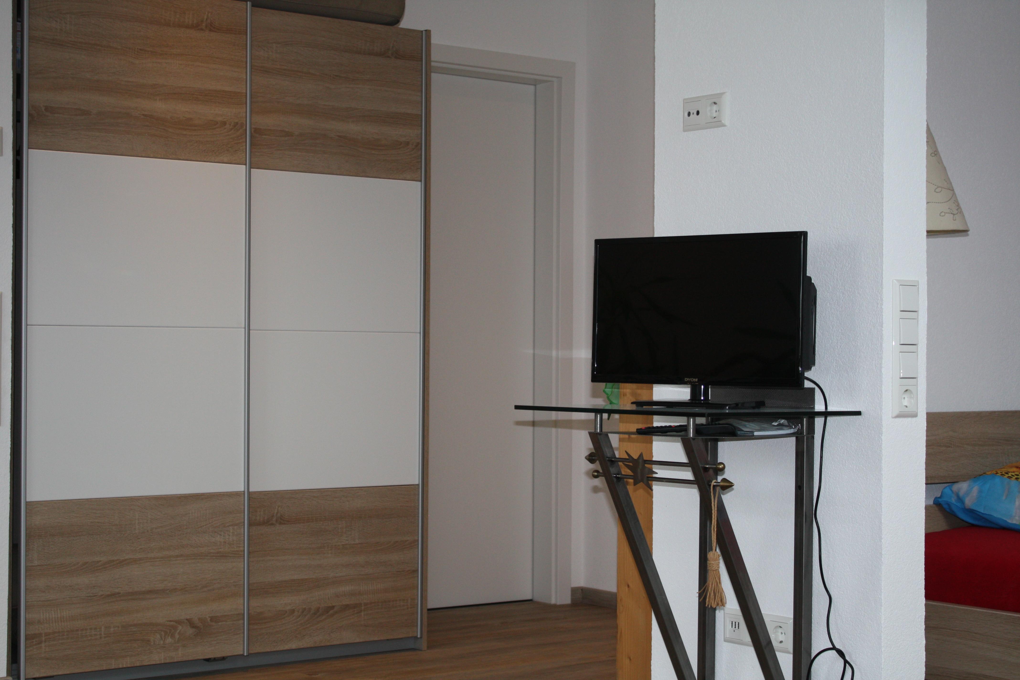 TV, Schrank, Zugang Bad